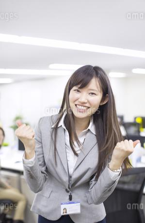 オフィスでガッツポーズをするビジネス女性の写真素材 [FYI02968334]