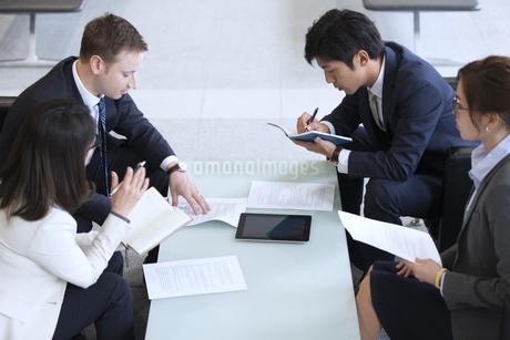打ち合わせをするビジネス男女の写真素材 [FYI02968337]