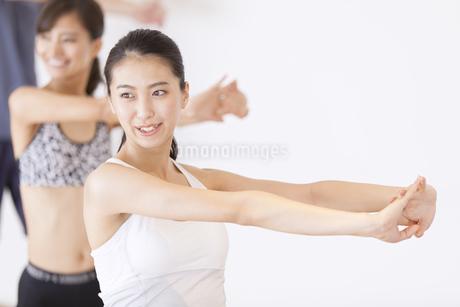 ジムでストレッチをする女性たちの写真素材 [FYI02968352]