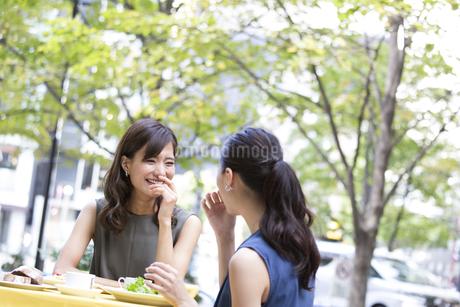 オープンカフェで食事をする女性2人の写真素材 [FYI02968355]