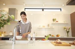 台所で皿を洗う女性の写真素材 [FYI02968361]