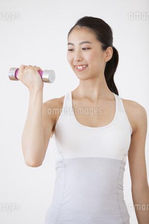 ダンベルで運動をする女性の写真素材 [FYI02968369]