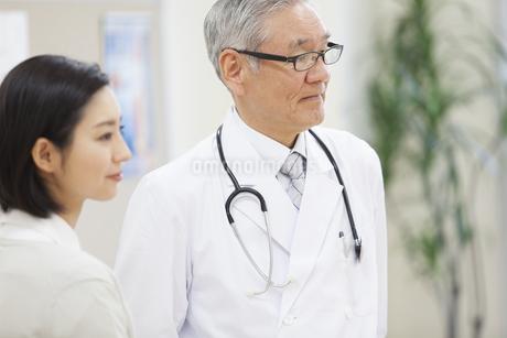 遠くを見る男性医師と女性看護師の写真素材 [FYI02968372]