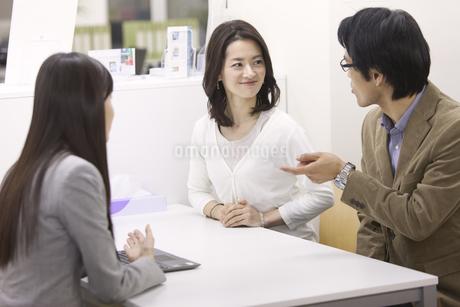 商品の説明を聞く夫婦の写真素材 [FYI02968373]