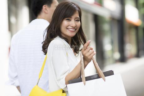 ショッピングを楽しむ男性と女性の写真素材 [FYI02968375]