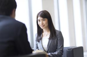 打ち合わせをするビジネス女性の写真素材 [FYI02968392]