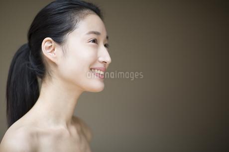 微笑む横顔の女性の写真素材 [FYI02968399]
