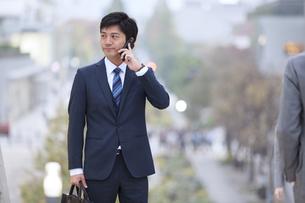 スマートフォンで通話するビジネス男性の写真素材 [FYI02968411]