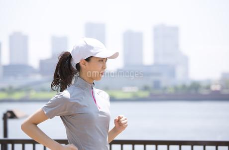 ランニングをする女性の写真素材 [FYI02968420]