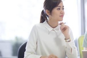 会議中のビジネス女性の写真素材 [FYI02968424]