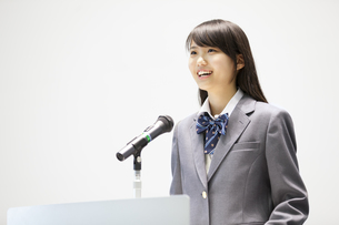 演台で話す女子高校生の写真素材 [FYI02968451]