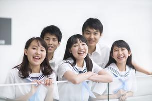 学校の廊下で笑う学生たちの写真素材 [FYI02968459]