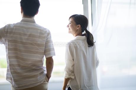 窓の外を眺める男性と女性の写真素材 [FYI02968460]
