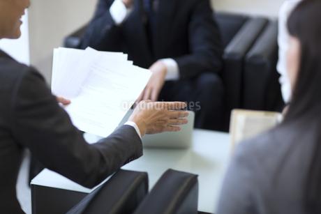 打ち合わせをするビジネス男性の手元の写真素材 [FYI02968461]