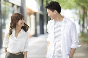 街角で笑い合う男性と女性の写真素材 [FYI02968465]
