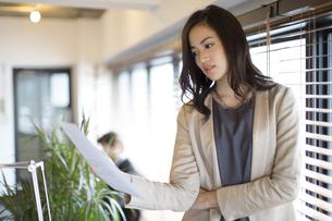 オフィスで資料を見るビジネス女性の写真素材 [FYI02968472]