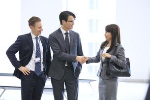 オフィスビルのロビーで握手をするビジネス女性の写真素材 [FYI02968475]