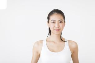 スポーツウエアを着た女性のポートレートの写真素材 [FYI02968476]