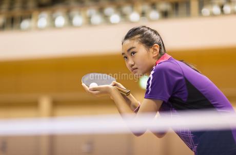 卓球をする女子学生の写真素材 [FYI02968477]