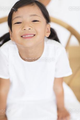 椅子に上を見上げる女の子の写真素材 [FYI02968478]
