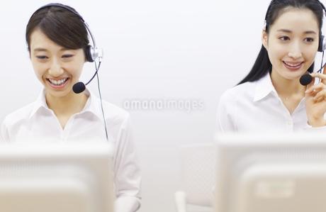 応対するカスタマーセンターの2人の女性の写真素材 [FYI02968479]