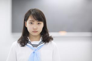 黒板の前で立つ女子学生のポートレートの写真素材 [FYI02968480]