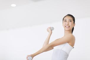 ダンベルで運動をする女性の写真素材 [FYI02968481]