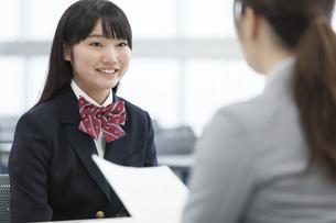 教室で面談を受ける女子学生の写真素材 [FYI02968482]