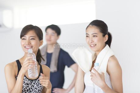 フィットネスジムで休憩する男女の写真素材 [FYI02968484]