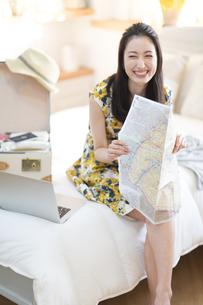 旅行の準備をする笑顔の女性の写真素材 [FYI02968489]