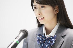 演台で話す女子高校生の写真素材 [FYI02968491]