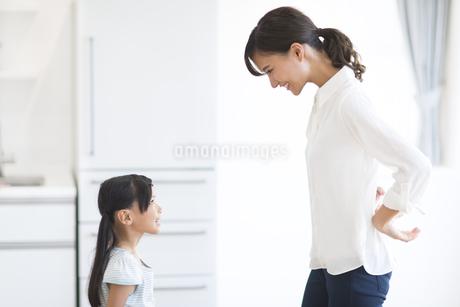 キッチンで見つめ合う親子の写真素材 [FYI02968498]