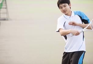 テニスをする男子学生の写真素材 [FYI02968505]