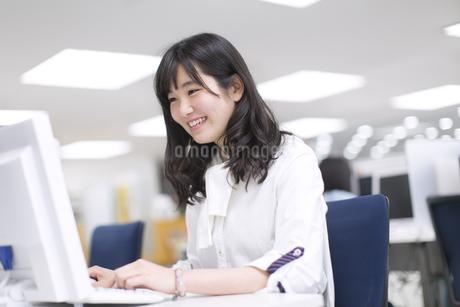 パソコン教室でモニターを見る女子学生の写真素材 [FYI02968513]