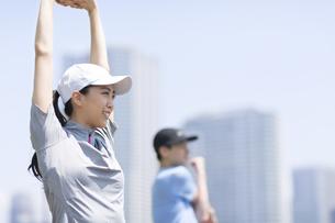 スポーツウエアを着てストレッチをする男性と女性の写真素材 [FYI02968517]