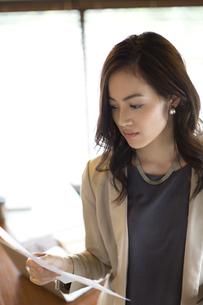 オフィスで資料を見るビジネス女性の写真素材 [FYI02968518]