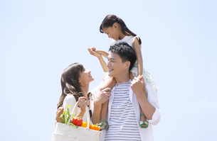 子供を肩車する父と手を繋ぐ母と子供の写真素材 [FYI02968519]