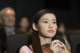 映画館で涙をこぼす女性の写真素材 [FYI02968520]