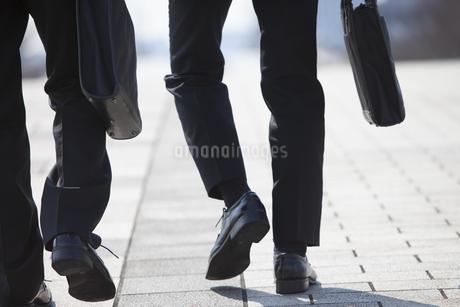 歩くビジネス男性2人の足の写真素材 [FYI02968526]