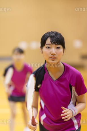 バドミントンをする女子学生の写真素材 [FYI02968531]