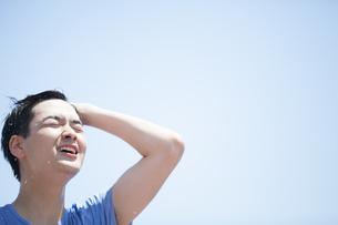 水を浴びてリラックスする男性の写真素材 [FYI02968533]