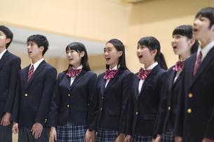 合唱をする学生たちの写真素材 [FYI02968535]