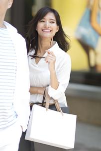 ショッピングを楽しむ男性と女性の写真素材 [FYI02968537]