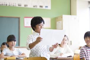 授業中に作文を読む小学生の男の子の写真素材 [FYI02968538]