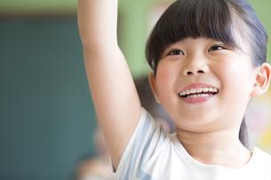 授業中に手を上げる小学生の女の子の写真素材 [FYI02968539]