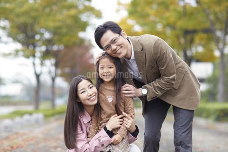 遊歩道で微笑む家族のスナップの写真素材 [FYI02968540]