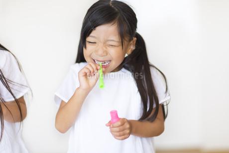 シャボン玉で遊ぶ女の子の写真素材 [FYI02968544]
