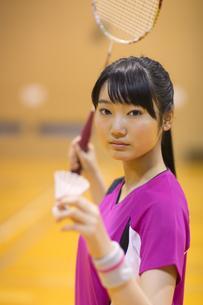 バドミントンをする女子学生の写真素材 [FYI02968545]