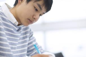 授業を受ける男子生徒の写真素材 [FYI02968550]