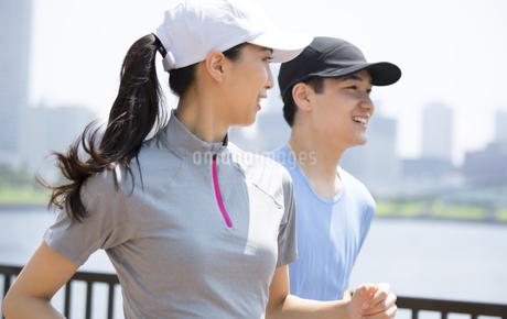 ランニングをする男性と女性の写真素材 [FYI02968551]